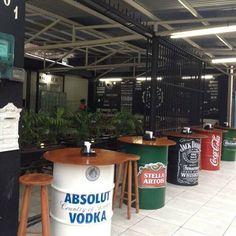 88 Garage Hacks To Declutter And Organize Perfectly 61 Deco Restaurant, Outdoor Restaurant, Restaurant Design, Cafe Shop Design, Coffee Shop Interior Design, Garage Cafe, Cafe Concept, Barrel Furniture, Cafe Bar