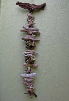 Даже простые щепки и коряги смотрятся оригинально. В качестве дополнения подойдут простые камушки.
