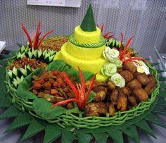 Bikin Tumpeng itu Gampang – Petunjuk Step By Step Catering, Indonesian Cuisine, Indonesian Recipes, B Food, Food Carving, Vegetable Carving, Food Garnishes, Fusion Food, Buffet