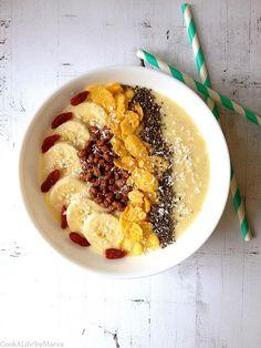 smoothie bowl banane, ananas, lait d'amandes, noix de coco et super aliments