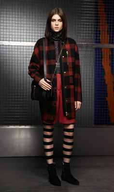 CHECKERED COAT & BERMUDA SHORTS If you're nostalgic for the 90's this neo-grunge outfit will drive you insane. The soft, checkered, wool coat, jersey and multicolor chevron shorts, make this a winning style. Don't forget the accessories: shoulder bag and boots are essential.