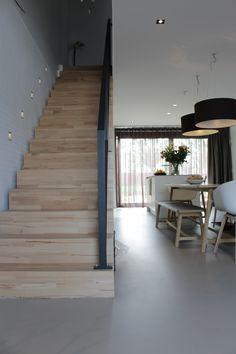 Houten Trap samen met Grijze Kunstof Gietvloer | Motion Gietvloeren  #gietvloer #gietvloeren #betonlook #woonbeton #vloer #vloeren #interior #interieur #design