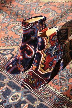 Paire de bottines assorties au tapis Martin Margiela collection 2012.