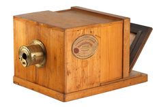 O Daguerreótipo era uma caixa, na qual era colocada uma chapa de cobre prateada e polida que era submetida ao iodo formando sobre si uma camada de iodeto de prata. Essa placa era exposta à luz dentro de uma câmara escura por vários minutos. Depois, era revelada em vapor de mercúrio aquecido, que aderia ao material nas partes onde ele havia sido sensibilizado pela luz, formando a imagem.