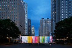 """""""100 Colori"""" incantano Tokyo     ben 1875 fogli colorati sono stati appesi a dei fili di ferro creando un'atmosfera incredibile"""