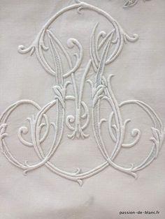 Linge ancien de lit > Draps, Taies... > LINGE ANCIEN / Merveilleux drap brodé main sur lin fin avec papillons en dentelle à l' aiguille et monogrmme MP - Linge ancien - Passion-de-Blanc - Textiles anciens