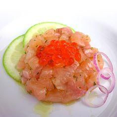 Ricetta per la realizzazione di una deliziosa tartare di #trota salmonata al limone verde e cipolla di Tropea con #caviale di salmone.