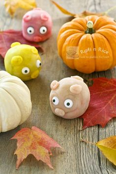 Snowskin Mooncake Piggies. I'll never make these but they are way too cute not to pin.
