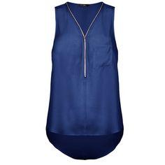 On craque pour la fluidité et l'élégance de ce top uni zippé, effet soie, muni d'une poche poitrine, coupe arrondie, légèrement transparent.