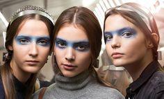 Синие «маски» на показе Chanel | Красота | Backstage | VOGUE