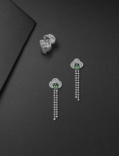 Pendants d'oreilles en or gris, 2 tourmalines vertes, beads or et diamants, diamants. Bague en or gris, une tourmaline verte de 1,72 carats, diamants.Louis Vuitton Photos: Adam Savitch