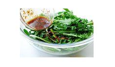 SALATĂ de PĂPĂDIE (sau rucola) cu USTUROI – bună pentru DETOXIFIERE, STOMAC, FICAT și BILĂ Cold Vegetable Salads, Green Beans, Cooking Recipes, Dinner, Vegetables, Eat, Foods, Drink, Plant