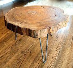 Tisch Design aus einer Holzscheibe mit metallenen Beinen