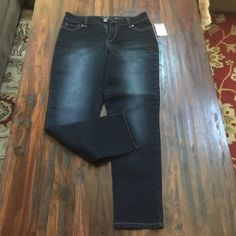 EXPRESS JEANS 8 NWT Brand new, size 8, dark wash, stretchy Capri Express Jeans Ankle & Cropped