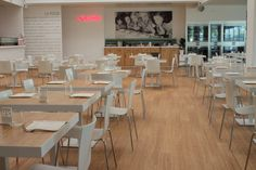 La línea de pisos Moso HunterDouglas® se caracteriza por tener productos innovadores y ecológicos hechos a partir del bambú. Hunter Douglas, Supreme, Conference Room, Flooring, Table, Furniture, Home Decor, Google, Ideas