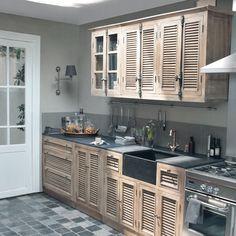 Cuisine - meubles éléments indépendants en bois blanc ou bois massif - plans de travail et éviers façonnés en pierre naturelle