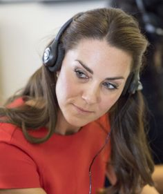 Kate Middleton Photos Photos - Catherine, Duchess of Cambridge visits a helpline service run by one of the eight charity partners of Heads Together on August 25, 2016 in London, England. - The Duke and Duchess of Cambridge Visit YoungMinds Mental Health Charity Helpline