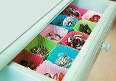 """Dez modos charmosos de organizar as bijus - Casa.com.br  Esta ideia exige abrir mão dos cupcackes no chá da tarde. Mas o sacrifício vale a pena! Forminhas coloridas de silicone (jogo com 12 unidades de 8 x 8 x 4 cm, Multicoisas, R$ 18,90) separam as bijuterias dentro de uma gaveta de criado-mudo ou cômoda. Agrupe por categorias, como tipo (anéis, brincos...), cor ou """"boas duplas"""" (todas temos nossas combinações infalíveis, não é?)."""