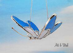 """Papillon 3D en vitrail, papillon rose et bleu, corps en plomb fait à la main, environ 3D, 4""""x3""""x2.5""""H - Produits fabriqués au Québec par Zens Arts & Arts Vitrail Papillon Rose, Arts, 3d, Handmade, Blue Roses, Stained Glass Windows, Products"""