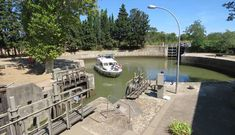 De ronde sluis van Agde vormt voor deze schipper geen enkel probleem. © Nico van Dijk Cruises, Camargue, Cruise