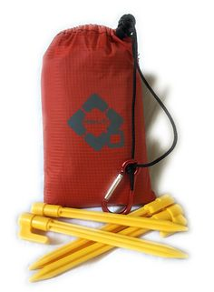 """MASHJAN Waterproof Compact Blanket for Hiking, Picnic, Beach or Outdoor activities. Dimension 65"""" x 45"""". Including accessories 1x metal Carabiner, 4x strong stakes, pocket bag and gift box. ❶ Ideal for Picnic, Hiking, Camping, Beach. ❷ Waterproof material with middle big waterproof zipper pocket. ❸ Include 1x metal carabiner, 4x strong stacks and pocket bag. ❹ Pockets and mounting loops on each corner. ❺ Comes packed with nice gift box."""