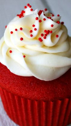Red Velvet Cupcakes with Cream Cheese Frosting Recipe ~ teñir el queque rojo