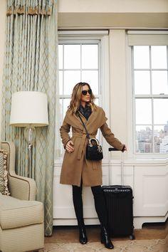 """Look dia de Helena Lunardelli é aquele básico chique que toda mulher tem que ter no guarda-roupas. Uma calça preta com caimento perfeito, uma blusa preta com um """"q"""" especial e um sobretudo curinga!"""