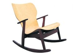 Ilmari Tapiovaaran Domus-keinutuoli on varsinainen harvinaisuus Tomorrow's Antique -liikkeestä. Tapiovaaran Domus-huonekalut valmistettiin 1940-luvulla.