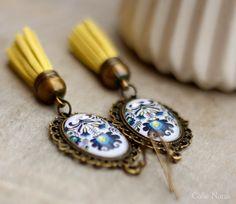 Boucles d'oreilles fleuries bleues et pompon jaune : Boucles d'oreille par callenana