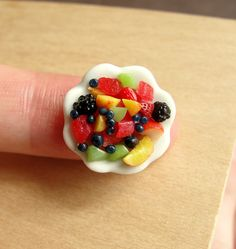 Dollhouse Miniature in Scale Handcrafted from Polymer Clay A teeny tiny fruit medley served on a dish measuring of an inch mm) wide. Scale Watermelon and Fruit Salad Miniature Crafts, Miniature Food, Miniature Dolls, Fimo Polymer Clay, Polymer Clay Miniatures, Barbie Food, Doll Food, Tiny Food, Fake Food