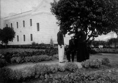 1900 Cayetano Grossi , primer asesino serial de la historia argentina, recibe asistencia espiritual antes de ser ejecutado en la Penitenciaría Nacional de calle Las Heras, 6 abr 1900