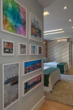 """""""Ambientes integrados, marcenaria planejada e paredes com espelhos criam a tão sonhada sensação de amplitude."""" Projeto da designer de interiores Adriana Fontana."""