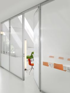phOtO is a flush glazed, made-to-measure, relocatable partition.  The glass is directly adhered to the metal uprights using a bonding process.   The result is total transparency - a flush- glazed surface with no visible interruptions and no required concealment of the bond.