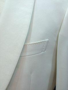Americana smoking y complementos de La Colonial Costura, con tejido de crepe en tono blanco roto.  Total-look bespoke. Creaciones exclusivas.   #bespoke #amedida #handmade #sastrería #ootd #inspiration #menswear #menoutfit #costura #americana #blanco #smoking #hombre #caballero #jacket