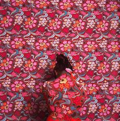 Somewhere between camouflage and interior decorating lies the wild body art of Cecilia Paredes. Liu Bolin, Camouflage, La Art, Art Plastique, Surface Design, Grid Design, Wallpaper Backgrounds, Floral Backgrounds, Floral Wallpapers