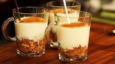 Elmalı Muhallebi Kupları Malzemeleri ( 6 kişilik ) Muhallebi için Malzemeler 1 litre süt 1 bardak toz şeker 4 yemek kaşığı un 1 paket vanilya 1 yemek kaşığı tereyağı Elma harcı için Malzemeler 3 elma 4 yemek kaşığı toz şeker 2 avuç kıyılmış ceviz 1 çay kaşığı tarçın 1 paket yulaflı bisküvi Elmaların kabuklarını soyup ince rendeleyin. Geniş bir tavaya rendelediğiniz elmaları alın ve üzerine toz şekeri ilave edin. Kısık ateşte yumuşayıncaya kadar pişirin. Elmalar yumuşayınca cevizi ve tarçını…