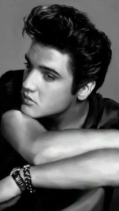 Looks just like my college sweetheart, Daniel. He had the most amazing hair, skin and eyes. A very handsome man. Never thought he looked just like Elvis until I saw this picture. A brilliant man. Priscilla Presley, Lisa Marie Presley, Gossip Girls, Matthew Mcconaughey, Hollywood Stars, Old Hollywood, Rock And Roll, Handsome Men Quotes, Handsome Man
