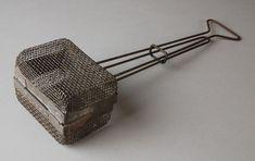 Metalen zeepklopper met bak van gaas