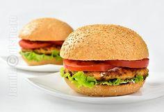 Burger de somon – reteta video via Romanian Food, Wrap Sandwiches, Recipe For 4, Fish And Seafood, Salmon Burgers, Pesto, Hamburger, Vegetarian, Healthy Recipes