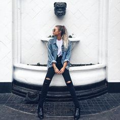 Oversized denim jacket and black jeans Street Style Outfits, Looks Street Style, Mode Outfits, Casual Outfits, Fashion Outfits, Womens Fashion, Teen Fashion, Fashion Clothes, Casual Ootd