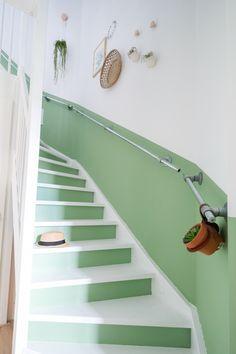 DIY: Een rechte lambrisering langs de trap #lambrisering #groen #trap #steigerbuis