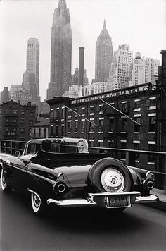 Marilyn Monroe and her husband Arthur Miller drive in Manhattan, New York City, in May they pass under the Brooklyn Bridge, and on Avenue to go on their apartment. Photos taken by Sam Shaw, for 'Look' magazine. Marilyn Monroe, Rare Photos, Old Photos, Rare Images, Drive In, Ville New York, Photo Star, Charles Rennie Mackintosh, Ford Thunderbird