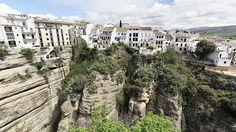 Ronda-Etwa 723 Meter über dem Meeresspiegel liegt in der andalusischen Provinz Málaga die Kleinstadt Ronda. Sie ist eingebettet in die Serranía de Ronda, einer Berglandschaft von einer Fläche von ca. 1.300 Quadratkilometer.
