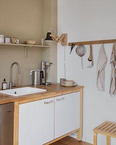 Swantje Hinrichsen (@swantjeundfrieda) • Instagram-Fotos und -Videos Minimalist Bedroom, Minimalist Decor, Ikea Varde, Kitchen Hacks, Kitchen Decor, Space Place, Scandinavian Kitchen, House Design, Cleaning