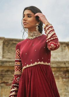 Check a range of bridal apparel stores in India and book latest one for your wedding. Here we are providing a variety of bride wear showrooms, designers and boutiques. Shadi Dresses, Pakistani Formal Dresses, Pakistani Outfits, Desi Wedding Dresses, Indian Wedding Outfits, Indian Outfits, Indian Weddings, Romantic Weddings, Indian Designer Outfits