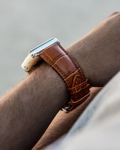 Customise your Apple Watch according to your mood and outfit. This classic mahogany Men's Caiman series with silver details leather watch band is perfect for styling up your casual look and adding an edgy flair to your ensemble. Apple Watch Leather Strap, Leather Watch Bands, Brown Apple, Apple Watch Fashion, Apple Watch Accessories, Mahogany Brown, Mens Flip Flops, Apple Watch Bands, Quartz Watch