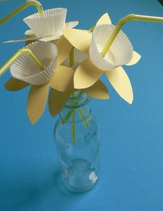 """How To: Paper Daffodil Straws... cute and easy craft. :) Shall do in pink, for """"pink milk"""" and a Charlie and Lola themed birthday party."""