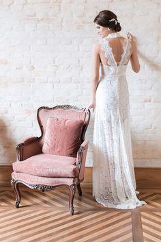 Vestido de noiva em renda, fluido com decote diferenciado nas costas. Mariana Biasi se inspirou nas mulheres românticas e modernas, que sonham com a festa, seja noiva, madrinha, ou só convidada, mas com um budget limitado para o vestido. Os modelos para noivas são fluídos, delicados e românticos, com mix de rendas, babados, transparências e bordados, tudo na medida certa para realizar o sonho e desejo das noivas.