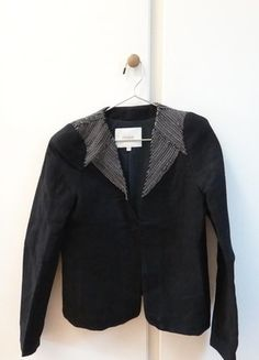 À vendre sur #vintedfrance ! http://www.vinted.fr/mode-femmes/autres-manteaux-and-vestes/25792711-veste-maje-epaulettes-chainettes-noir-36