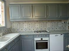 Du patchwork dans la cuisine: crédence imitation carreaux de ciment.